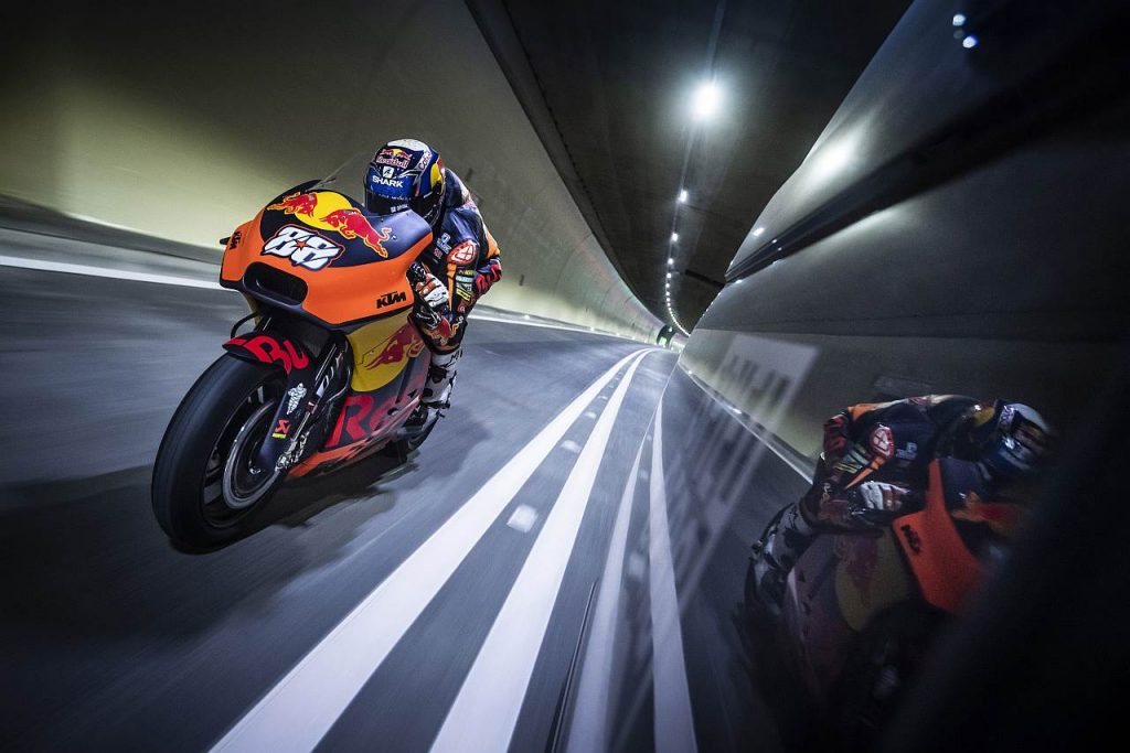KTM Motorrad im Tunnel
